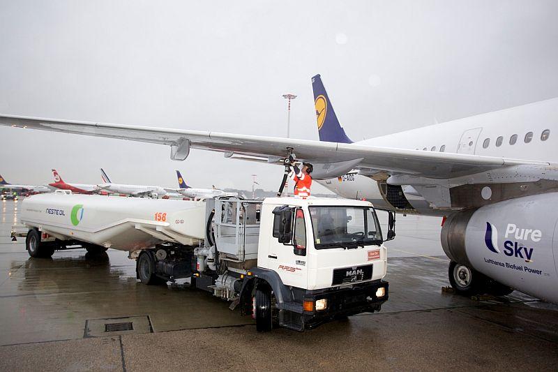 Airbus A321 wird mit Biofuel betankt. HAM, den 15.11.2011
