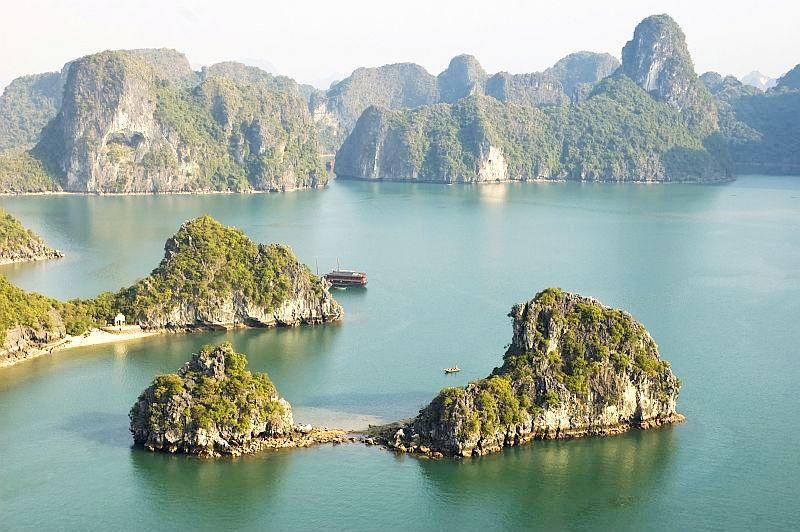 Według legendy, gdy wrogowie napadli ich kraj, Wietnamczycy poprosili  o pomoc Matkę Smoków. Smoki przybyły nad Ha Long, wypluły perły, które zamieniły się w skaliste wysepki. O nie rozbiły się statki najeźdźców. Fot.iStock