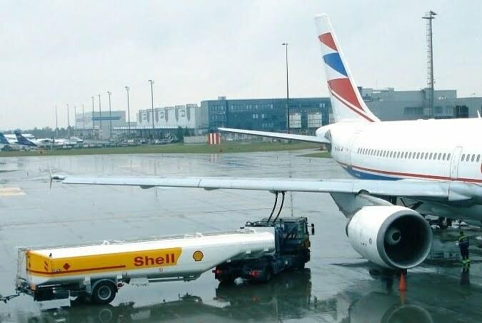Cysterna z paliwem lotniczym. Fot. Kristoferb/Wikimedia