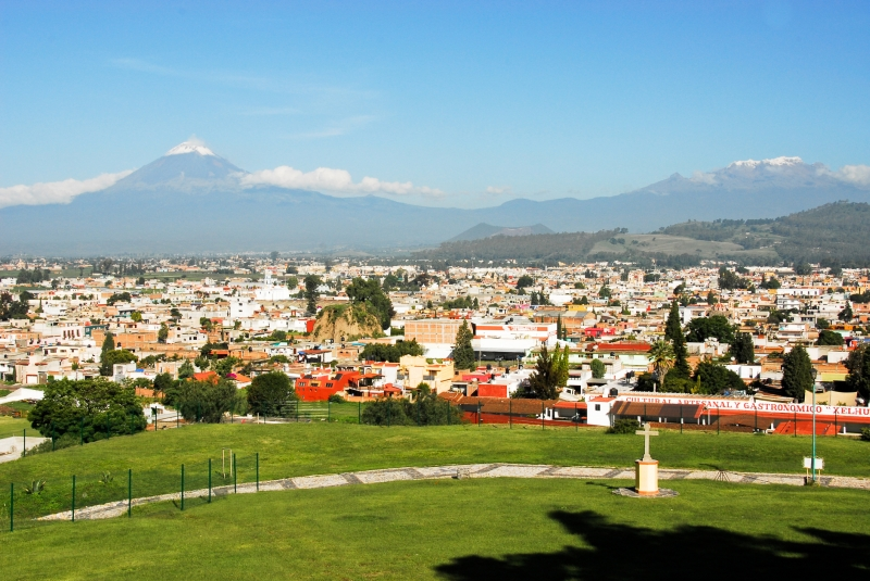Jeszcze z samolotu możemy zobaczyć górujące nad Mexico City dwa wulkany. Fot. dreamstime