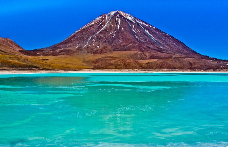 Laguna Verde leży u stóp wulkanu Licancabur, wyrastającego na wysokość 5.920 m n.p.m. dokładnie na granicy Boliwii i Chile i należącego do jednych z najwyższych wulkanów na świecie (ponadto w jego kraterze znajduje się małe jeziorko). Fot.Pedro Szekely/Creative Commons