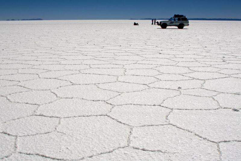 Salar de Uyuni to pozostałość po wyschniętym słonym jeziorze w południowo-zachodniej Boliwii na obszarze płaskowyżu Altiplano w Andach. Zajmuje powierzchnię 10 582 km², co czyni go największym solniskiem świata. Jest położone na wysokości ok. 3653 m n.p.m. i stanowi, wraz z jeziorami Titicaca i Poopó, pozostałość po istniejącym w plejstocenie jeziorze Ballivián. Jest to jeden z najbardziej płaskich obszarów na świecie (różnica wzniesień wynosi niecałe 41 cm).Fot.Pedro Szekely/Creative Commons