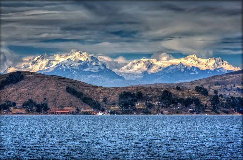 Titicaca to drugie pod względem wielkości jezioro w Ameryce Południowej, położone w północnej części zagłębienia Altiplano, pomiędzy wschodnimi i zachodnimi pasmami Andów (obszar Andów Środkowych) na terenie Peru i Boliwii. Jest to najwyżej położone jezioro żeglowne dla dużych statków i zarazem największe jezioro wysokogórskie na Ziemi.Fot.Pedro Szekely/Creative Commons