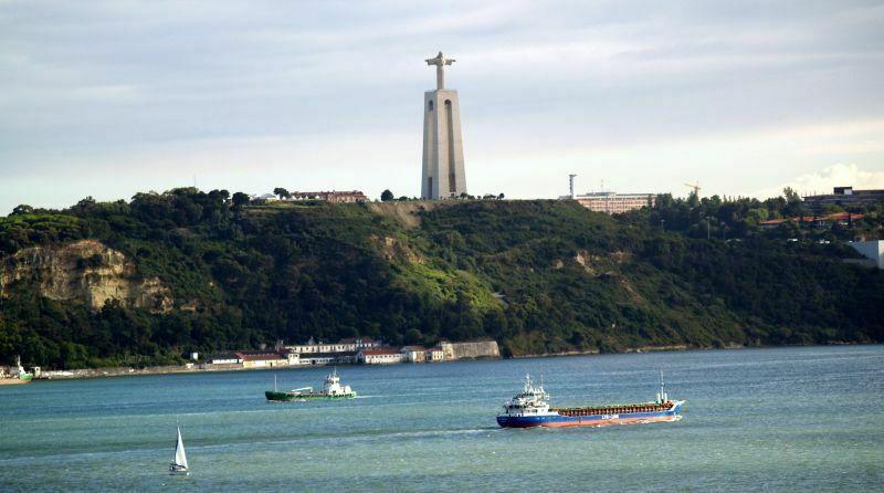 Belém, czyli Betlejem to dzielnica leżąca na zachodnim przedmieściu Lizbony, w pobliżu ujścia Tagu do Oceanu Atlantyckiego. Stąd możemy podziwiać ogrom rzeki, po której pływają nie tylko promy, ale i wielkie konterenowce. Nad okolicą góruje miniatura pomnika Chrystusa z Rio de Janeiro. Monument wznosi się do góry na wysokość 110 metrów. Fot. Mariusz Chudy