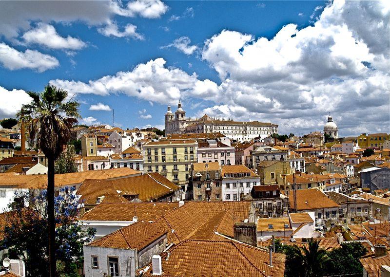 Punkty widokowe zwane miradouros  rozmieszczone są  wokół całego miasta. Górzyste położenie sprzyja kontemplacji pięknych widoków. W krajobrazie Lizbony dominują czerwone dachy, które są ogrzewane słońcem przez ponad 3300 godzin w roku. Fot. Mariusz Chudy