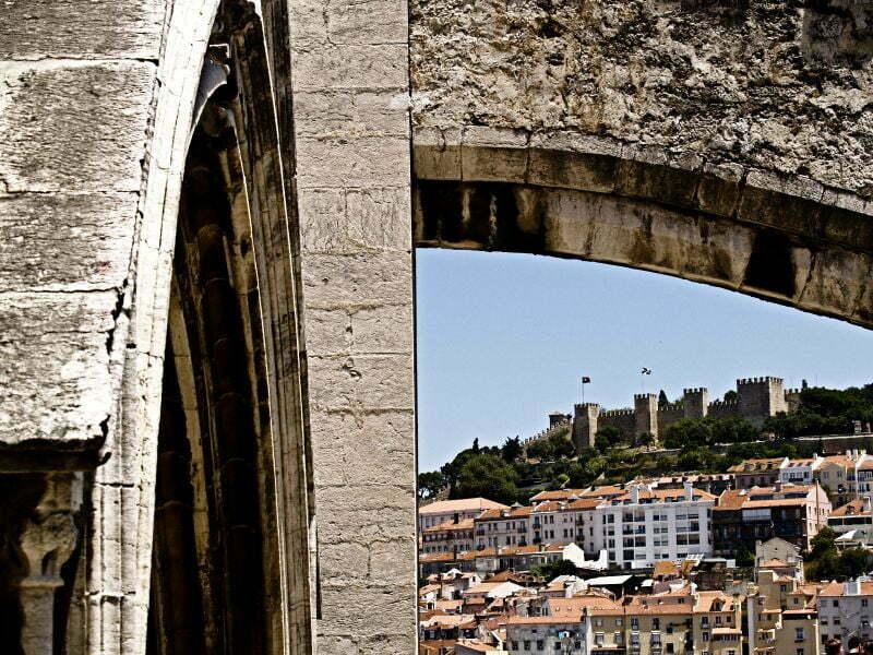 Castelo de Sao Jorge to budowla, która jest widoczna z niemal każdego zakątka miasta. Kto nie chce się wpinać na ruiny zamku może podjechać tam tramwajem linii 28. Zamek otaczają liczne fontanny, ogrody, kawiernki i cień wyoskich murów. Rzecz nie do pogardzenia w rozpalonej Lizbonie.Fot. Mariusz Chudy