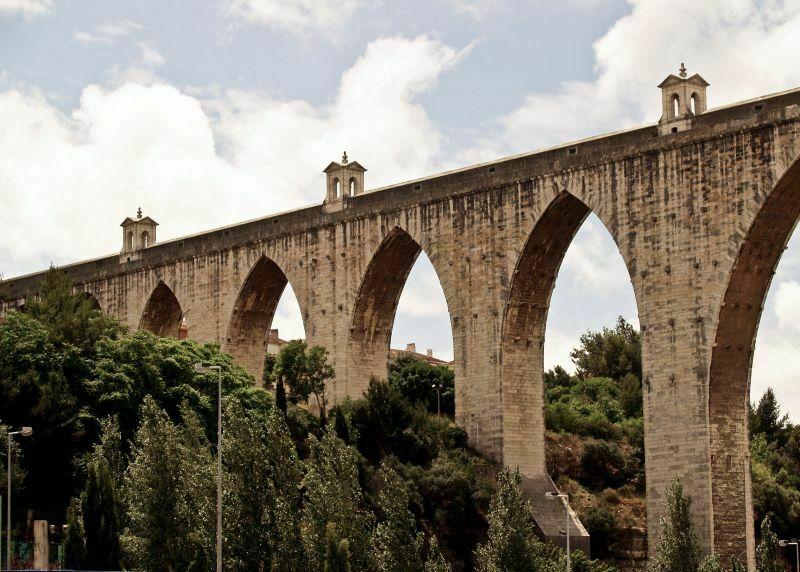 W północno-zachodniej części miasta znajduje się historyczny Akwedukt. Jest jedną z najwyższych tego typu budowli na świecie. Budowano go niemal 40 lat.  Cała sieć rur ma około 18,6 km długości, pomimo że akwedukt i jego dopływy ma 58 km. Przetrwał wielkie trzęsienie ziemi z 1755 roku, co świadczy o jego doskonałej konstrukcji. Fot. Mariusz Chudy