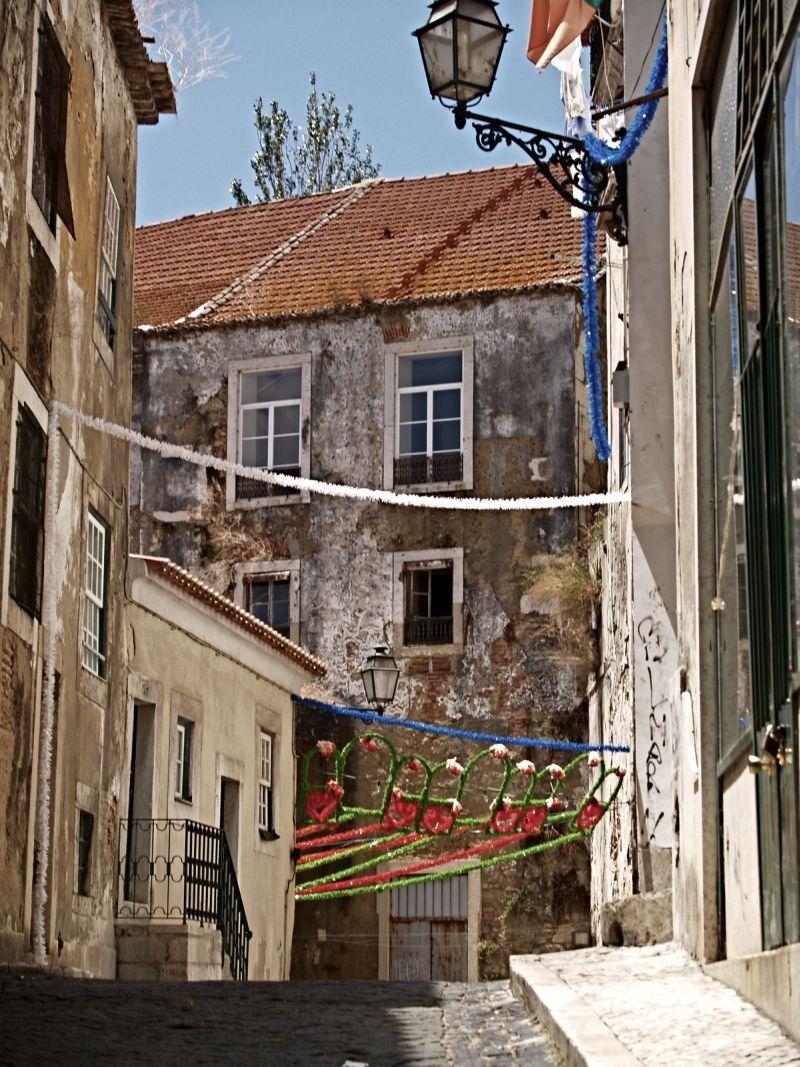 Św. Antoni to nie tylko patron Lizbony, ale i rzeczy znalezionych. Jego pomoc najbardziej przyda się w Alfamie. Tu najłatwiej się zgubić.  Wtedy trzeba wznosić modły do św. Antoniego, bo żadna mapa nas nie wyprowadzi z wąskich i krętych uliczek. Fot. Mariusz Chudy