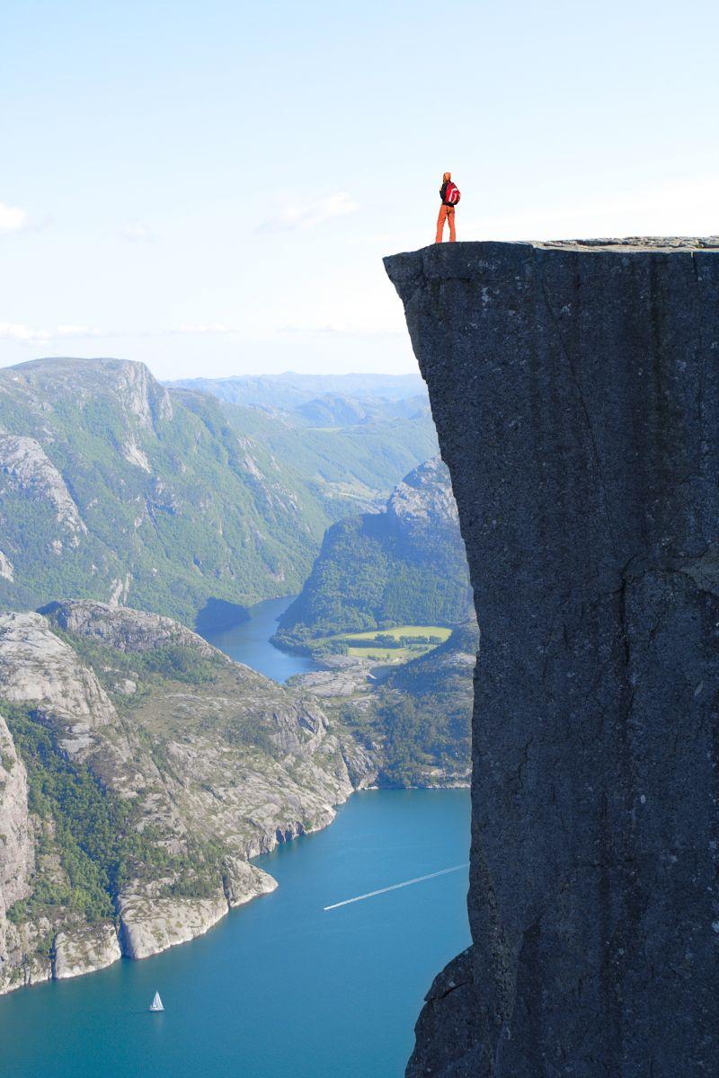 4.Kjerag – słynie jako miejsce, z którego skacze się w przepaść ze spadochronem. Fot. Sergey Mostovoy Fotolia