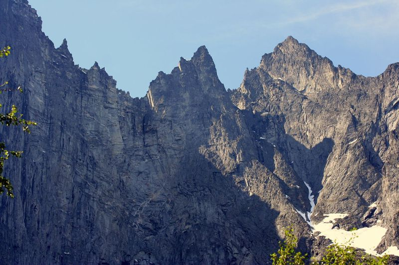 Romsdalseggen – z widokiem na Trollvegen – jedną z najtrudniejszych ścian wspinaczkowych na świecie. Fot. Jorunn -Flickr Wikipedia Commons