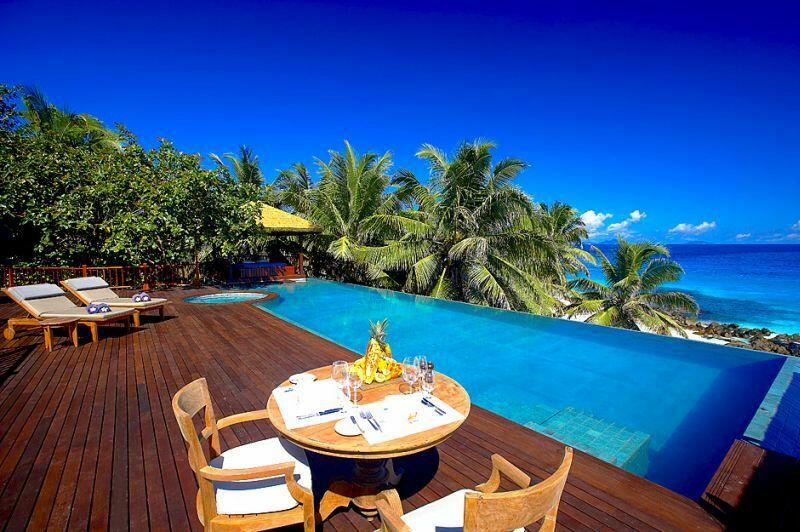 Wyspa posiada wiele atrakcji. Można ją zwiedzać na wszelakie sposoby: podczas wycieczek, nurkowania, rejsów jachtem, podczas wędkowania.
