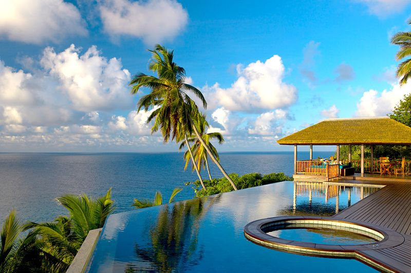 Na lądzie do dyspozycji gości pozostają zajęcia jogi, piesze wycieczki, kolarstwo oraz spa. Posiłki natomiast można jadać w różnych częściach wyspy.