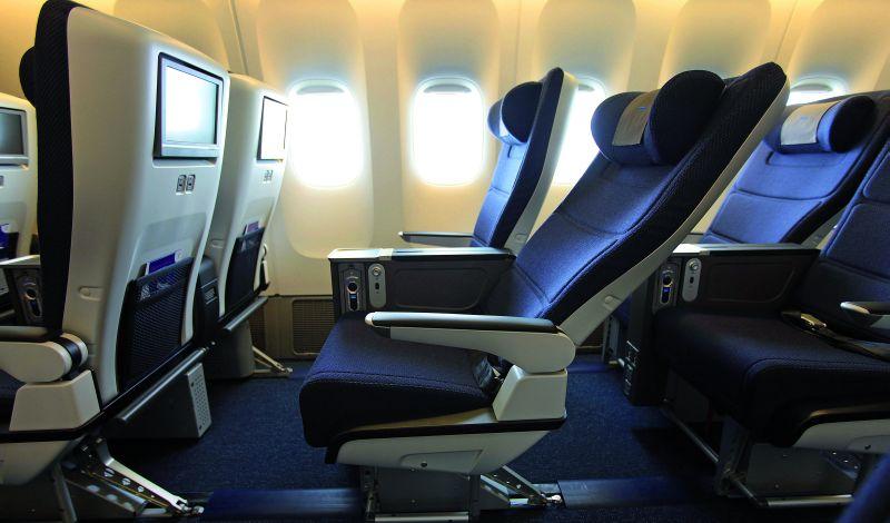 Klasa premium economy jest ciekawą alternatywą dla osób, które są w stanie zapłacić więcej za lepsze miejsce, ale nie chcą płacić kilkakrotnie więcej za bilet na bezpośredni lot w klasie biznes.