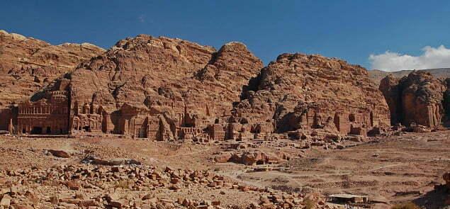 Petra. Starożytne miasto w Jordanii, wykute w skałach. Fot . Carlalexanderlukas/wikimedia commons