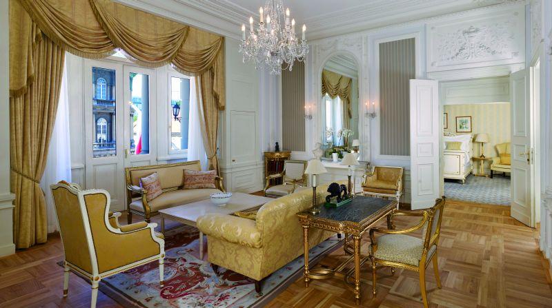 Z epoki pochodzą meble, kryształowe żyrandole i lustra. A biurko i krzesło, które do dziś stoją w salonie należały do Ignacego Paderewskiego – to właśnie przy nich tworzyła się historia Polski. Fot. Matthew  Shaw