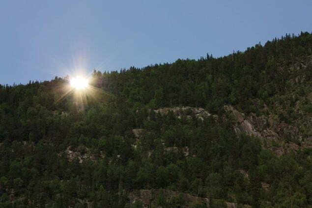 Solspeilet reflekterer fot. Tinn kommune