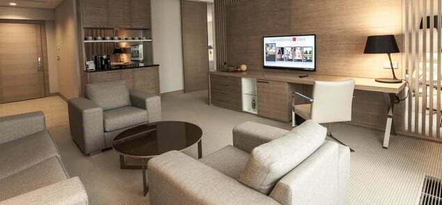 Hotel Tiffi to ciekawe pomieszczenia, dobre położenie nad jeziorem. Bogate centrum konferencyjne