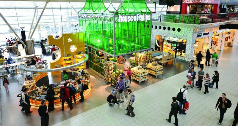 Lotnisko jest przestronne i wygodne, znajduje się na nim wiele sklepów, dobrych restauracji, a także (bo jak mogłoby być inaczej) kwiaciarnie z najpiękniejszymi tulipanami.