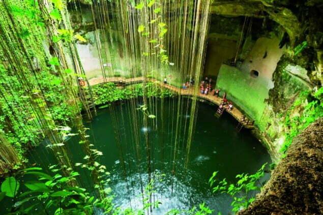 Chichen Itza to najpopularniejsze stanowisko archeologiczne wMeksyku. Ale prócz świątyń, piramid, czy starożytnych boisk piłkarskich znajdziemy tu i takie cuda natury jak jaskinia Ik-Kil Cenote. Fot. Fotolia.pl