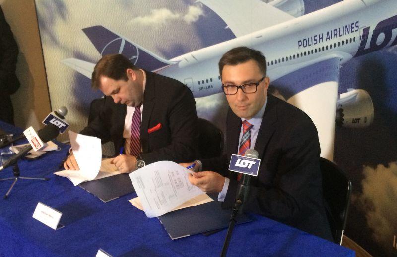 Prezez LOT Sebastian Mikosz i prezes Rainbow Tours Grzegorz Baszczyński podpisują nową umowę o współpracy