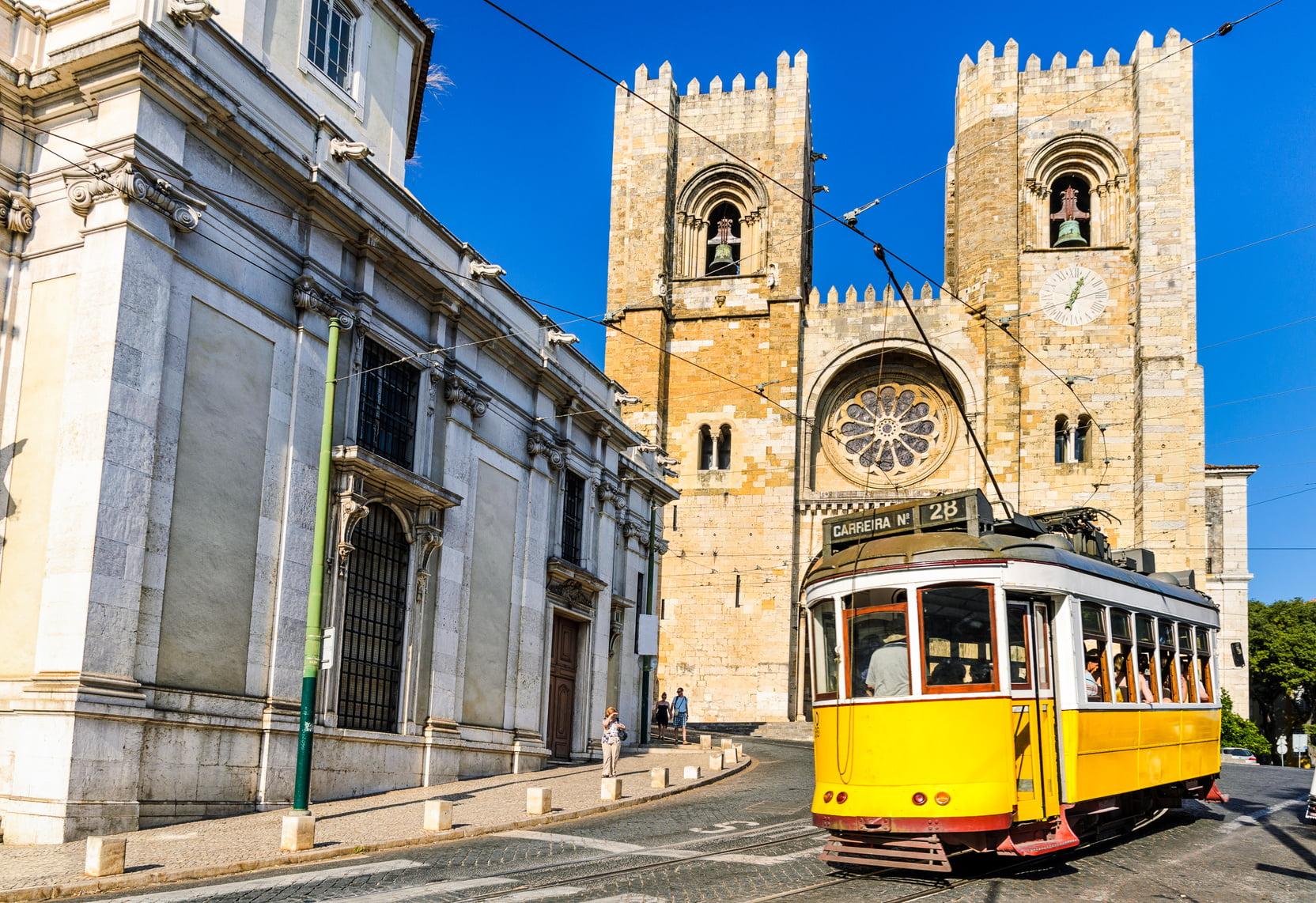Takie tramwaje są tylko w jednej europejskiej stolicy - Lizbonie. Fot. Fotolia.com