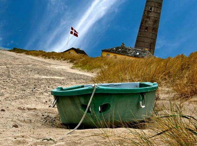 Phare et barque sur la plage de Grenen au Danemark