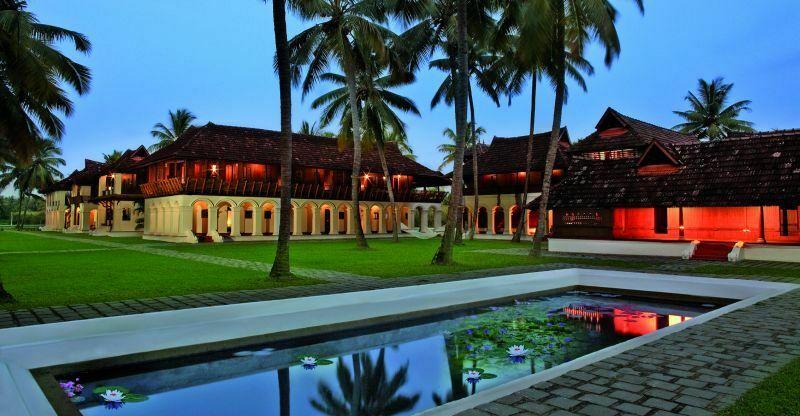 Soma Kerala Palace to wyjątkowe miejsce przeznaczone na praktykowanie jogi oraz na zabiegi medycyny ajurwedyjskiej. Ośrodek składa się z dziewięciu zabudowań, liczących ponad 250 lat, które przywieziono na wyspę i zrekonstruowano według starych planów.