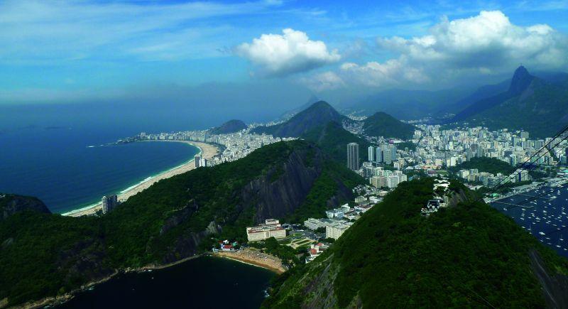 Trudno wyobrazić sobie pobyt w Rio bez wizyty na jednej ze słynnych plaż lub bez wspięcia się na górę Corcovado i zrobienia sobie zdjęcia przy słynnej na cały świat figurze Chrystusa Odkupiciela.