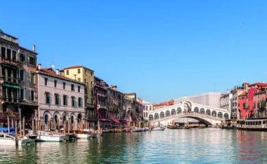 Wenecja to miasto o niezrównanej urodzie, którego głównym źródłem dochodów jest obecnie turystyka. Rocznie odwiedza je ponad 30 mln turystów. Fot. Fotolia.com