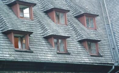 Dach Domu Turysty przed remontem w 2012 roku. Fot. Julo/Wikimedia Commons CC BY 2.0