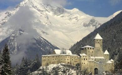Zamek Taufers/Turres, w którym zamieszkiwała kiedyś wolna szlachta. Dziś w posiadaniu Południowotyrolskiego Instytutu Zamkowego i ceniony jest jako zabytek sztuki i jako pomnik historii.