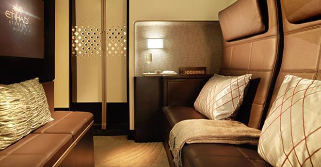 Po beztroskim śnie i złożeniu łóżka można spędzić czas w całkiem obszernym pokoju dziennym.