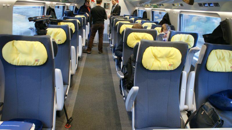 Pierwsza klasa w wagonach Pendolino. Siedzenia w układzie 2+1. Są nieco szersze niż te w drugiej klasie, wygodą jednak nie powalają. Szersze i wygodniejsze jest za to przejście między fotelami. Naszym zdaniem komfort podróży zbliżony w obu klasach.
