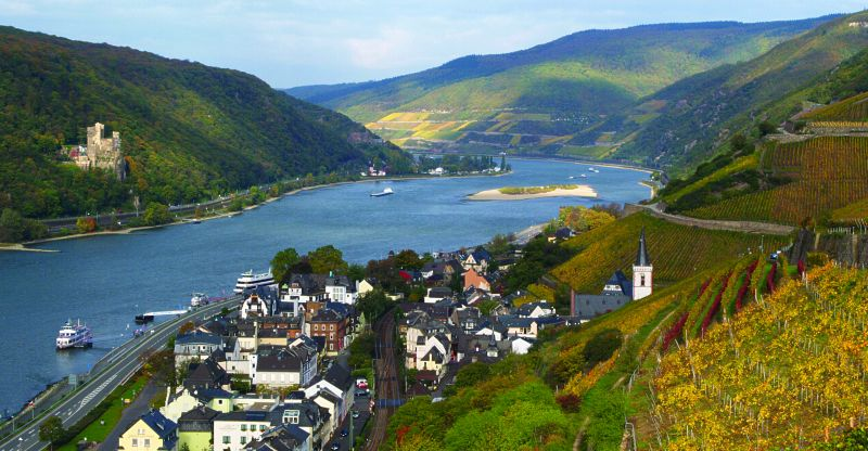 Jeśli chcemy przekonać się, co kryje się za nowoczesną fasadąFrankfurtu, najlepiej wybrać się w podróż pociągiem na zachód,do Doliny Renu, lub na południe – do Heidelbergu.