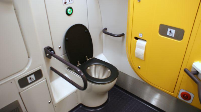 Przestronna i ergonomicznie zaprojektowana toaleta dla niepełnosprawnych.