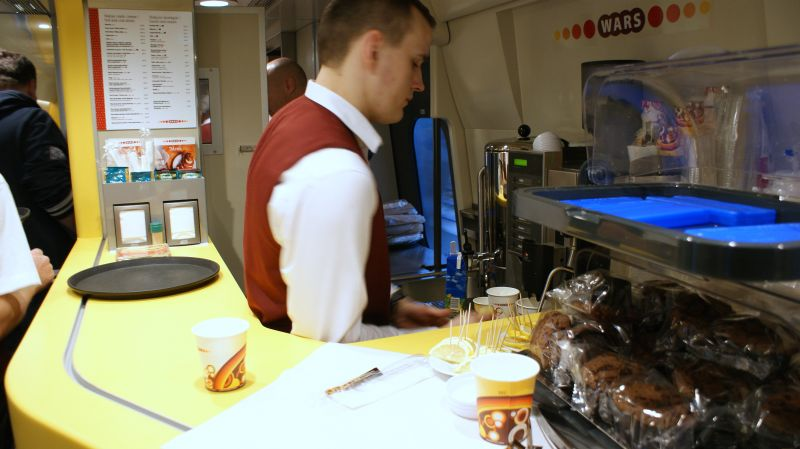 Wars i wagon restauracyjny w Pendolino. Naprawdę nowe wrażenie nie tylko kulinarne, ale i wizualne. Dobre nowe menu, uprzejmość powyżej standardu PKP.