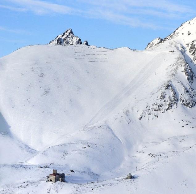 Widok na Łomnickie Sedlo. Po praej czarna trasa przygotowywana przez ratraki, po lewej teren do freeride'u