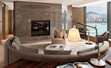 Z okien roztacza się spektakularny widok na Port Wiktorii oraz wyspę Hongkong. Nieważne, czy podziwiamy panoramę metropolii z wygodnego apartamentu, czy też z basenów w hotelowym spa – tutaj cały Hongkong znajduje się dosłownie u naszych stóp.