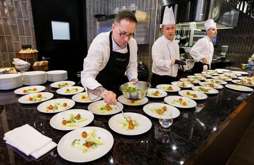 Maciej Majewski przygotowuje potrawy