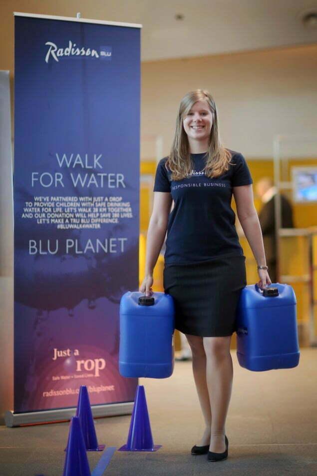 """Die Aktion """"Walk for Water"""", aufgenommen am 22.04.2015 im Radisson Blu Hotel in Frankfurt am Main (Hessen). Foto: Fredrik von Erichsen"""