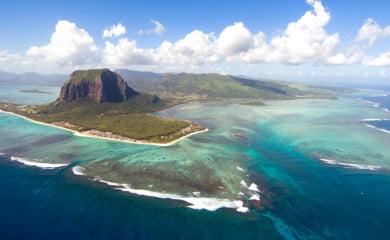 Wulkaniczną wyspę Mauritius leżącą na Oceanie Indyjskim otacza pierścień piasku o średnicy 330 kilometrów. Fot. Fotolia.pl