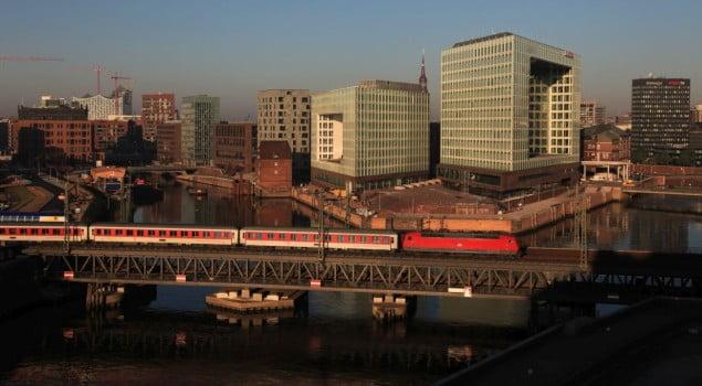 City Night Line (ein Angebot von DB Nachtzug) von Hamburg nach Paris auf der Oberhafenbrücke in Hamburg mit Ellok der Baureihe 120.
