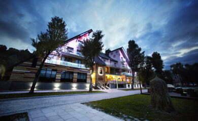 To hotel zaprojektowany w stylu etno design, który łączy elementy folkloru łemkowskiego z oszczędnym i eleganckim minimalizmem. Wystrój i kolorystyka nawiązują do bogatej kultury czarnych górali, jak nazywa się mieszkańców tego regionu.