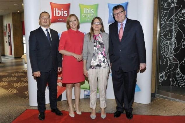 Mateusz Czerwiński (Warsaw Convention Beaureau), Joanna Świerkosz (Orbis / Accor), Monika Białkowska (Warszawska Oragnizacja Turystyczna) i Stephen Hadley (ibis). fot. Gałązka/AKPA