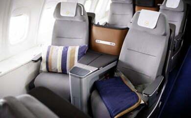 Nowe siedzenia i wystrój w klasie biznes należącego Lufthansy Boeinga 747.