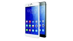 HONOR 6+ Cena: ok. 1600 zł, hihonor.com Honor to mało znana marka, choć należy ona do chińskiego giganta z branży komórkowej – firmy Huawei. Wymiary tego niezłego i niedrogiego phableta to 15 x 7,6 x 0,8 cm, a waga to jedyne 165 g. 5,5-calowy ekran (o rozdzielczości 1920 x 1080 pikseli) oferuje obraz jakości HD, a na pokładzie znalazły się także dwa gniazda na karty SIM. Pamięć wewnętrzna urządzenia wynosi 32 GB, ale można ją rozszerzyć dzięki gniazdu Micro SD. Tylni aparat o dwóch matrycach posiada zakres jasności f/0.95-f/16, dzięki czemu możemy wykonywać całkiem przyzwoite zdjęcia nawet w słabym oświetleniu, a także ustawiać ostrość fotki już po jej pstryknięciu. Honor 6+ działa pod systemem Android 4.4 KitKat, ale można go bezpłatnie zaktualizować do wersji 5.0 Lollipop.