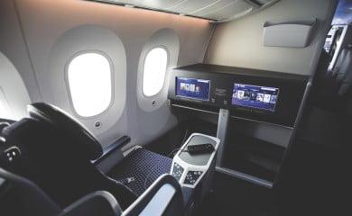 Łączność na pokładzie jest dostępna pod różnymi postaciami. Niektórzy przewoźnicy umożliwiają  korzystanie zich własnych telefonów wroamingu, inni gwarantują dostęp do Internetu przez Wi-Fi.