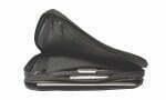 HORCE FREEDOM Cena: ok. 650 zł;  phorce.com Kto powiedział, że aby naładować laptop, trzeba go wyjąć ztorby? Materiałowa torba Phorce Freedom jest na tyle pojemna (42,5 cm x 32 cm x 8 cm, waga 1,6 kg), że oprócz 13-calowego laptopa spokojnie zmieszczą się wniej także dokumenty, telefon itablet. Wyposażono ją też wmocną baterię, która zapewni 60 godzin nieprzerwanego użytkowania iPhone'a6, 55 godzin Samsunga Galaxy S6 lub 9 godzin iPada Air 2. Phorce Freedom może ładować jednocześnie dwa urządzenia ijest również kompatybilna znajnowszym macbookiem. Wkomplecie znajdują się specjalne ramiączka przemieniające torbę wwygodny plecak.