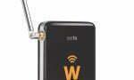 EYETV W  Cena: ok 400 zł;  elgato.com To niewielkie urządzenie (6,4 cm x 1,6 cm x 11 cm, 44 g) umożliwia użytkownikowi telefonów zsystemem Android lub iOS darmowe oglądanie programów brytyjskiej Freeview TV. Zasada działania jest prosta: EyeTV Wodbiera sygnał zpowietrza iprzekazuje go na tablet lub smartfonpoprzez hotspot Wi-Fi. Bateria wystarcza na cztery godziny ciągłej pracy, więc jest to idealne rozwiązanie na lotniskową nudę. Wzestawie znajduje się także łatwa wobsłudze aplikacja, dzięki której możemy sprawnie poruszać się po kanałach.