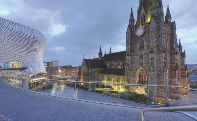 Choć Birmingham jest dość dużym miastem, nie można tego powiedzieć ojego centrum.  Wszystkie atrakcje można złatwością zobaczyć, przechadzając się po mieście pieszo. Fot. Fotolia.pl